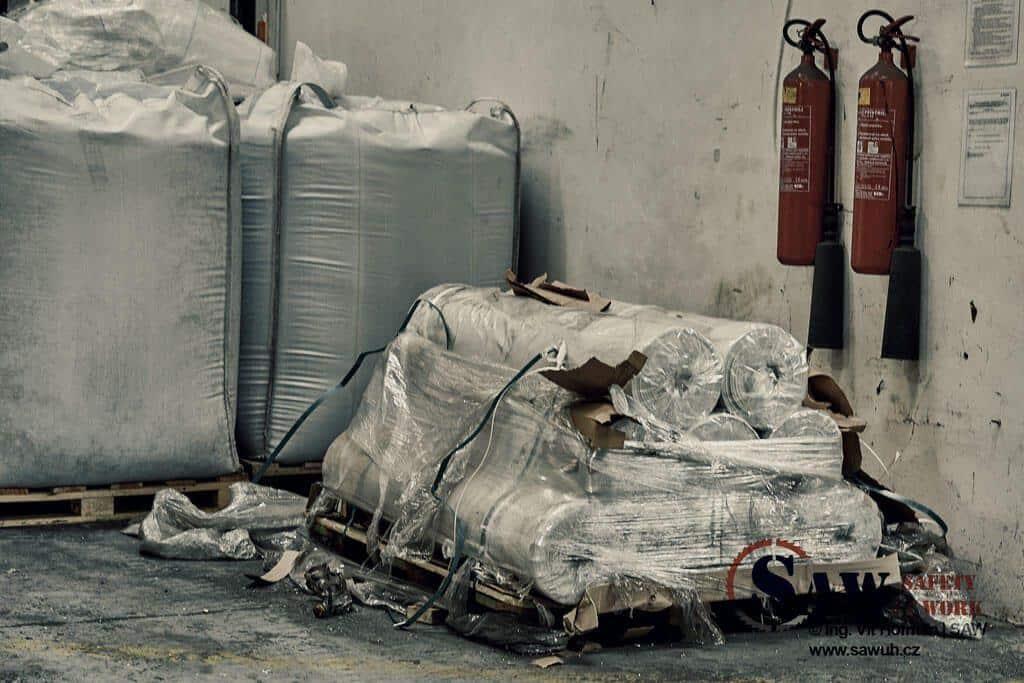 Zatarasený hasící přístroj ve skladu